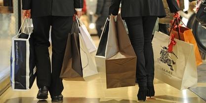 ILLUSTRATION - Zwei Personen tragen am (17.12.2011) in München (Oberbayern) zahlreiche Einkaufstüten durch ein Geschäft. Die deutschen Verbraucher haben 2011 laut einer Umfrage des Deutschen Industrie- und Handelskammertages (DIHK) trotz Euro-Schuldenkrise so tief in die Tasche gegriffen wie «seit zehn Jahren» nicht mehr, hieß es in einem am Montag (02.01.2012) veröffentlichten Konjunkturbulletin des DIHK.  Foto: Marc Müller dpa (Zu dpa 0067 vom 02.01.2012)  +++(c) dpa - Bildfunk+++